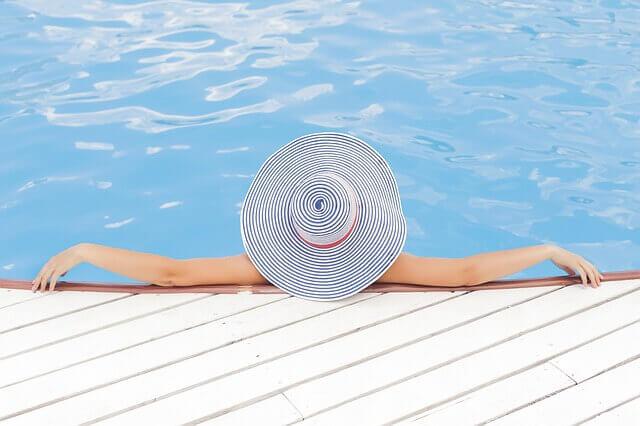 プールで自由にくつろぐ