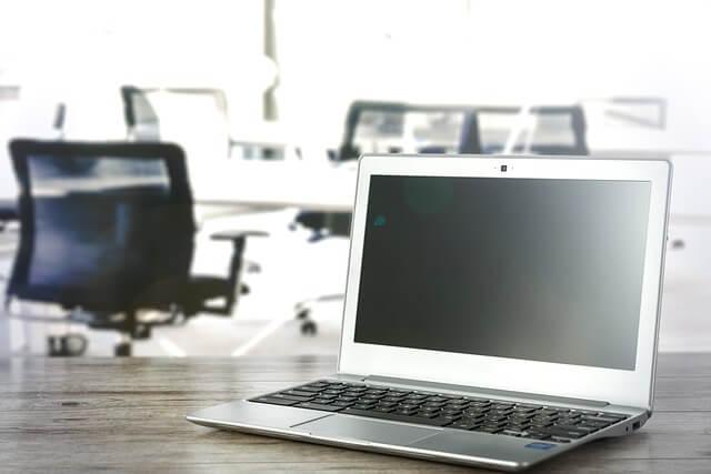 オフィスの机の上のノートパソコン